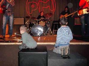Due aspiranti musicisti in ascolto