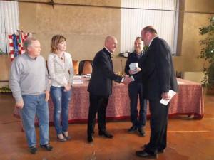 Roberto Mussapi riceve il Ceppo per l'adolescenza da Carlo Vezzosi