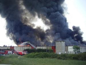 Incendio nei capannoni dei cinesi a Prato