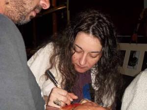 Arianna mentre firma il suo Cd