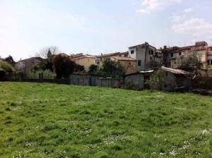 Zona ortiva sul retro delle case di Via di Porta San Marco accessibile dalla nuova lottizzazione di Via del Pelago. Si notano resti degli antichi lavatoi indicati nella relazione del 1835