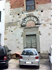 San Biagino-Santa Maria in Borgo Strada. Il sagrato con colonia felina e auto