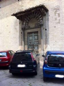 San Biagino-Santa Maria in Borgo Strada. Portale laterale, leoni e lunetta