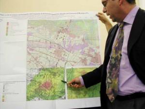 Il Direttore dell'Arpat, Claudio Coppi, indica le aree di maggiore ricaduta dei microinquinanti dell'inceneritore