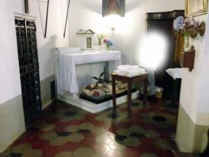 Una foto con i piatti di plastica nella chiesa di Pracchia