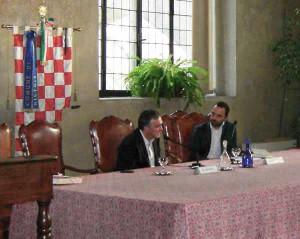 Il Presidente introduce il suo libro con a fianco Bertinelli
