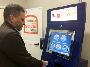 Oreste Giurlani mostra come si gioca alle slot machines della 'Bottega della Salute'